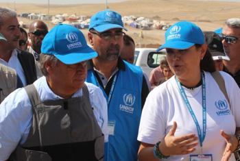 Галия Губаева проводит Антониу Гутерриша по лагерю беженцев Домис. Ирак, 2014 г. Фото Г. Губаевой