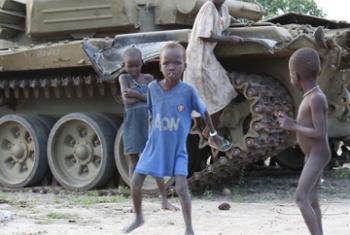 Дети играют возле брошенного танка в городе Лир, Южный Судан. Фото ООН
