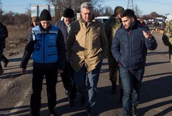 Филиппо Гранди посещает зону конфликта в Украине. Фото УВКБ/Дж.Уэндл