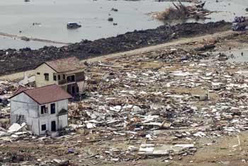 Последствия цунами 2004 г. в Индонезии. Фото ООН