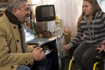 Филиппо Гранди встречается с внутренними переселенцами. Фото ООН