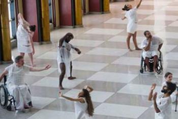Выступление танцевальной труппы в ООН по случаю Международного дня инвалидов. Фото ООН/А. Вуасар