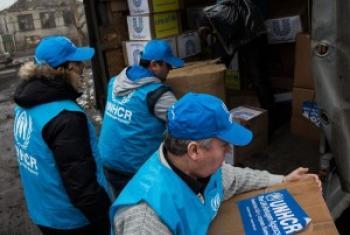 Сотрудники УВКБ раздают гуманитарную помощь. Архивное фото УВКБ в Украине