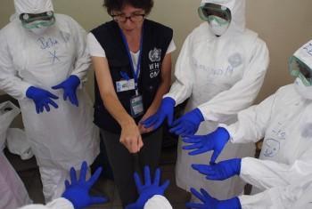 Сотрудница ВОЗ проводит тренинг по Эболе для медперсонала в Сьерра-Леоне. Фото ВОЗ