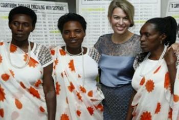 Мишель Митчел и героини документального фильма. Фото ООН