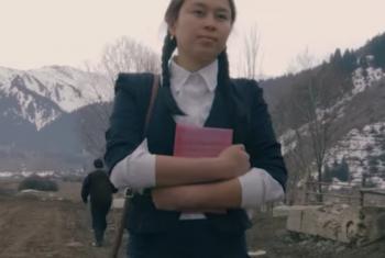 Кыргызская девушка в сельской местности идет в школу. Фото ПРООН в Кыргызстане