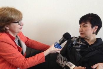 Александра Овчирова дает интервью Елене Вапничной. Фото Службы новостей ООН