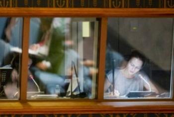 Синхронные переводчики ООН за работой в зале Совбеза. Фото ООН