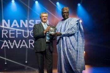 Филиппо Гранди вручает премию Нансена Занне Мустафе. Фото УВКБ