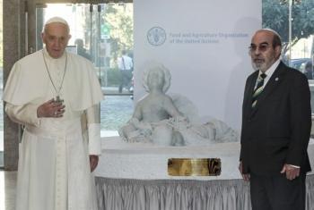 Папа Франциск преподносит статую в дар ФАО в Риме. Фото ФАО