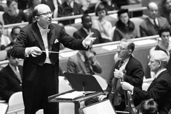 Ленинградский симфонический оркестр, дирижер Геннадий Рождественский, первая скрипка Давид Ойстрах – выступает на концерте в честь Дня ООН в 1962 г. Фото ООН