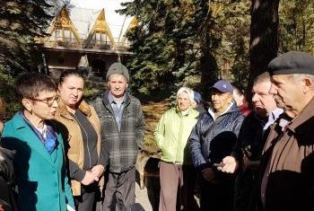Урсула Мюллер (слева) встречается с вынужденными переселенцами на Украине. Фото УВКБ-Украина