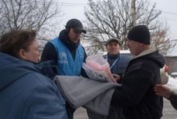 Представители УВКБ раздают теплые вещи жителям Авдеевки. Фото УВКБ