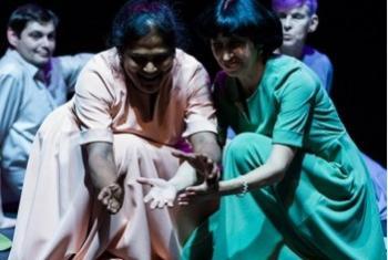 «Прикасаемые» на сцене Театра наций. Фото с сайта ЮНЕСКО/П. Болдвин