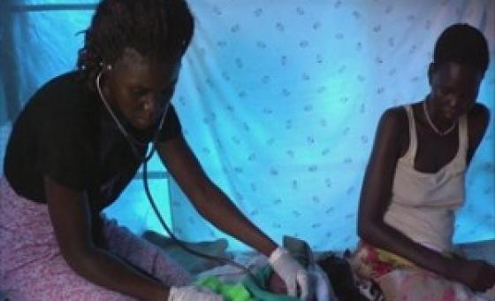 Mhudumu wa afya akimpima mtoto wa  punde baada ya kujifungua. (Picha@Unifeed)