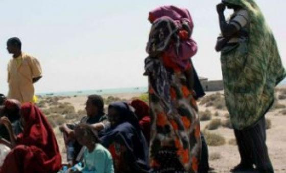 Wahamiaji wa Somalia wakisubiri usafiri pwani Yemen. Picha ya UNHCR/R. Nuri