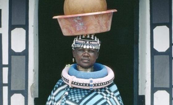 Mama wa jamii ya Ndebele kutoka Afrika Kusini akiwa amebeba mtungi wa kinywaji cha kienyeji.(Picha:UM/P Mugubane)