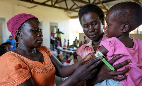 Mhudumu wa afya anapima mtoto kutafuta ishara za utapiamlo katika kituo cha afya kambini Nyumanzi nchini Uganda. Picha: © UNHCR/Jiro Ose