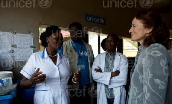 Mkurugenzi Mtendaji wa shirika la Umoja wa Mataifa la kuhudumia watoto, UNICEF, Henrietta H. Fore asikiliza simulizi kutoka wafanyakazi wa UNICEF katika ziara yake nchini Sudan Kusini. Picha: UNICEF/UN0156591/Prinsloo