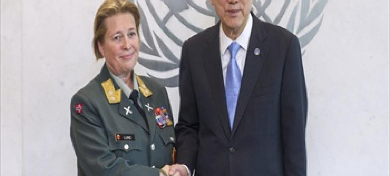 Katibu Mkuu wa Umoja wa Mataifa Ban Ki-moon na Meja-Jenerali Kristin Lund (picha ya UM/Mark Garten)