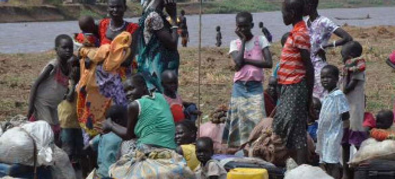 Kundi la wakimbizi wa ndani wakiwemo wanawake na watoto wakipumzika katika eneo la Ethiopia baada ya kuvuka mto wa Baro kutoka Sudan ya Kusini. Picha: UNHCR/L.F.Godinho(UN News Center)