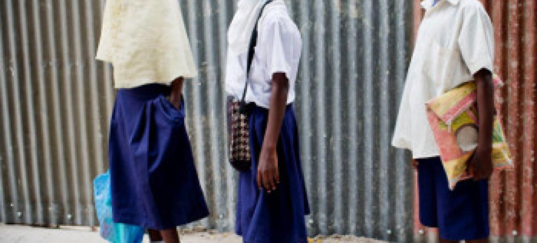 Wanafunzi wa kike Tanzania @UNICEF Tanzania / Holt 2014