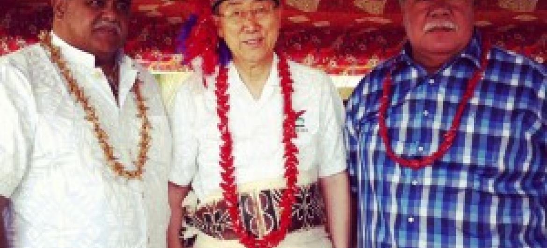 Katibu Mkuu wa UM Ban Ki-Moon (katikati) baada ya kutawazwa kuwa chifu wa kijiji cha Saleapaga, huko Samoa. (Picha:Daniel Dicknson)