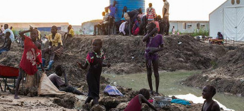 Wakimbizi wa ndani wanaoishi katika maeneo yanayolindwa yaliyokumbwa na mafuriko. Picha: UNMISS / JC Mcilwaine