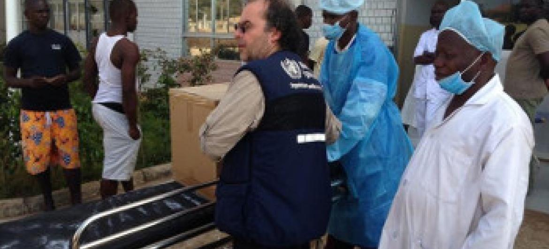 WHO ikileta vifaa ziada binafsi vya ulinzi na kutengwa katika wodi ya wazazi katika China-Guinea Urafiki Hospital Conakry, Guinea. Picha: WHO / T. Jasarevic