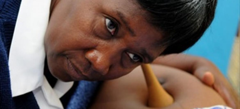 Mtoa huduma Janet Zulu akihudumia mja mzito.Picha/UNFPA/Georgina Smith