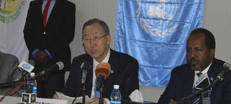 Katibu Mkuu wa Umoja wa Mataifa Ban Ki-moon akiwa nchini Somalia na Rais wake Hassan Sheikh Mohamud.(Picha ya UM/Ilyas Ahmed