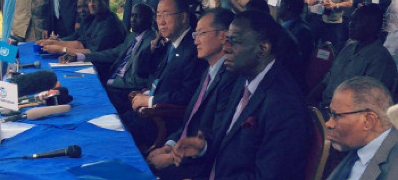 Katibu Mkuu wa UM Ban Ki-Moon akiwa na ujumbe wake alipotembelea kambi ya Daadab nchini Kenya. (Picha:UN/twitter)