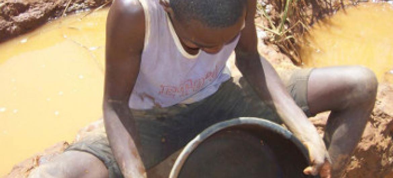 Matumizi ya zebaki kutoa dhahabu uhatarisha afya za wachimbaji wadogo. Picha: IRIN / Kenneth Odiwuor(UN News Centre)
