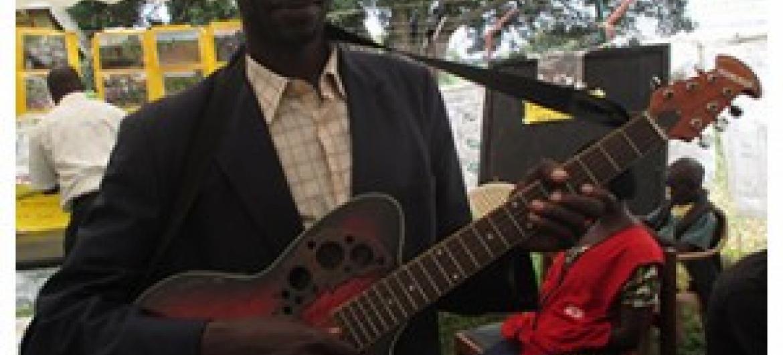 Fabian Kamasa na gitaa lake atumialo kwenye harakati zake za kuwanasua wakimbizi kutoka kwenye kiwewe. (Picha: Kwa hisani ya John Kibego)