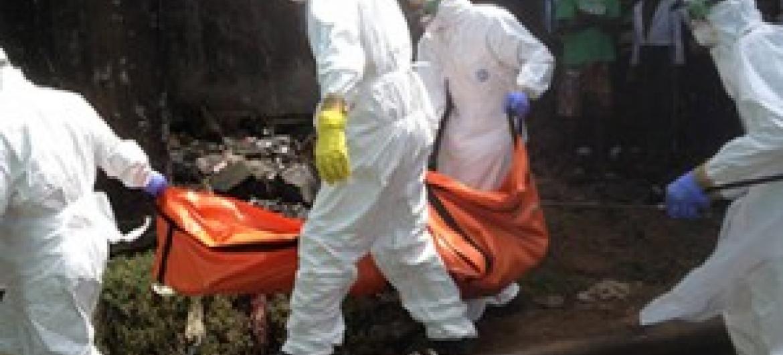 Wahudumu wanaohusika na mazishi ya waliofariki dunia kutokana na Ebola wakiwa kwenye jukumu lao nchini Liberia. (Picha: WHO/P. Desloovere)