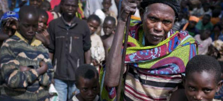 Mwanamke mzee akisubiri miongoni mwa umati wa wakimbizi kwa ajili ya msaada katika Kambi ya Wakimbizi iliyopo Rwanda.