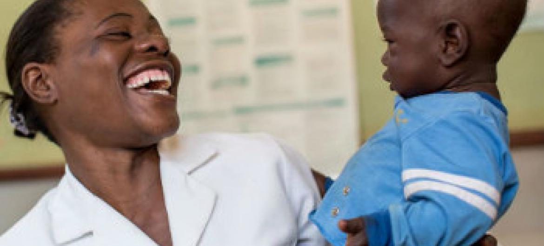 Matumaini yapo: mtoto huyo amezaliwa bila ukimwi licha ya mama yake kuambukizwa. Picha ya UNICEF/HIVA2015–00099/Schermbrucker