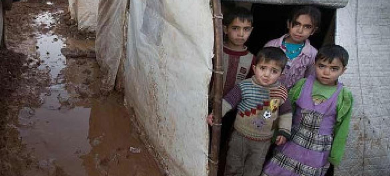 Watoto Syria wakisimama katika hema katika makazi yao kwenye kambi ya wakimbizi wa ndani Bab Al Salame, Aleppo, Syria. Picha: UNICEF / Giovanni Diffidenti