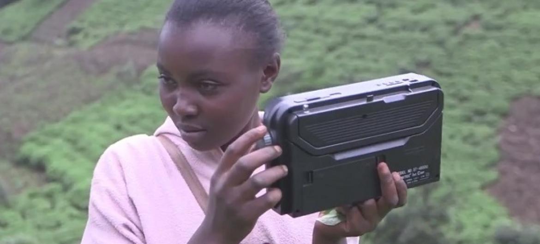 Msikilizaji wa radio ya Kangema RANET nchini Kenya.(Picha:WMO/Video capture)