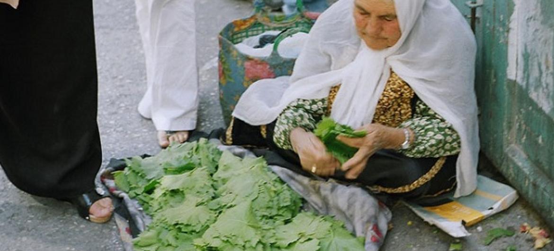 Mamam mchuuzi wa mboga huko Palestina.(Picha:ILO/Tbass Effendi)