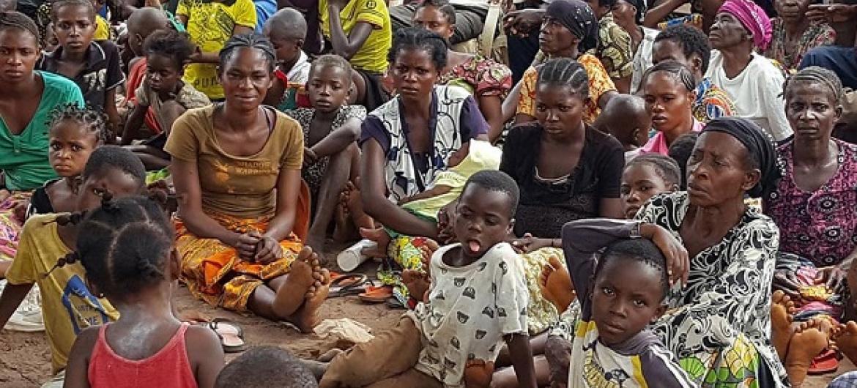 Wakimbizi kutoka kijiji cha Kasaï jimbo la Kasai wakisubiri mgao wa chakula.(Picha:Joseph Mankamba/OCHA-DRC)
