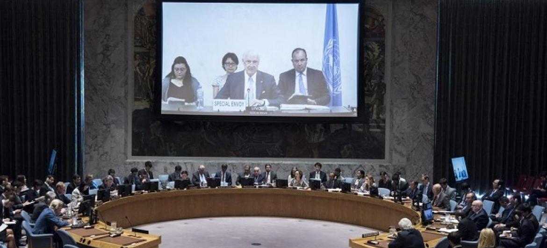 Mjumbe maalum wa Umoja wa Mataifa kuhusu Syria Staffan de Mistura akihutubia kwa njia ya video kutoka Geneva, Uswisi (Picha:UN/Kim Haughton)