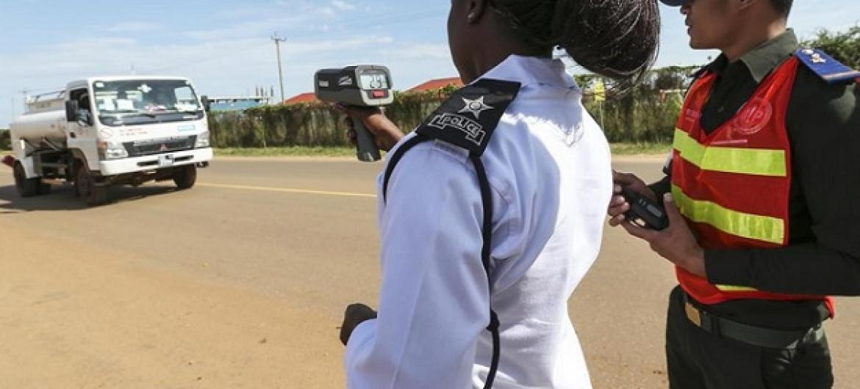 Maafisa wa usalama barabarani wanapima kiwango cha mwendo kasi barabarani. Picha: UM/Martine Perret