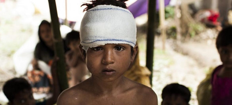 Mohammed Yasin mwenye umri wa miaka 8, ni miongoni mwa watoto waRohingya wanaohifadhiwa katika kambi ya wakimbizi huko Bazar ya Cox. Picha: © UNICEF / UN0135698 / Brown