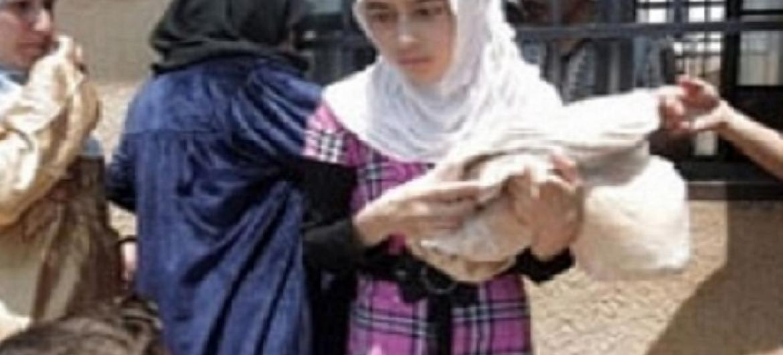Wakimbizi wa ndani nchini Syria wapokea msaada wa kibinadamu. Picha: UNHCR