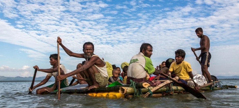 Warohingya watumia vyelezo kukimbia Myanmar. © UNHCR/Andrew McConnell