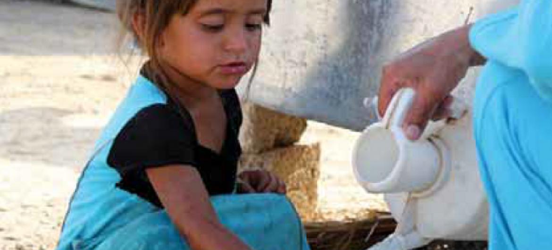 Mama mkimbizi wa ndani Syria amnawia mkono mtoto mkono. Picha: UNHCR