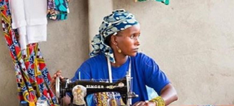 Mwanamake katika biashara ya kushona nguo nchini Kenya. Picha: UN Women