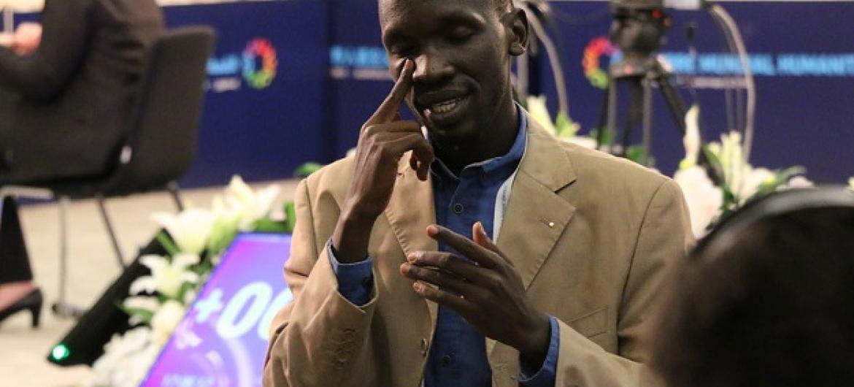 Mkalimani wa lugha ya ishara katika moja ya vikao maalum kwa watu wenye ulemavu kwenye makao makuu ya Umoja wa Mataifa. (Picha:UN/Maktaba)