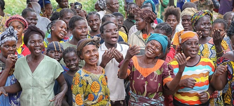ya Kati wakionyesha matumani wakati wakipokea wageni waliokwenda kuwatembelea kuwajulia hali na kusikiliza mahitaji yao. (Picha: MINUSCA/Nektarios Markogiannis)